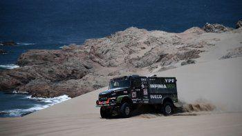 El Coyote Villagra se mantiene como escolta en la categoría camiones del Dakar, que transitó su cuarta etapa.