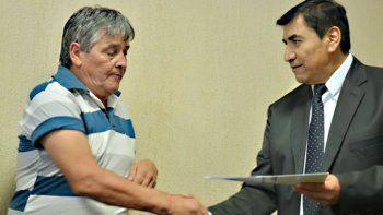 El intendente y el dirigente de ATE rubricaron el acuerdo.
