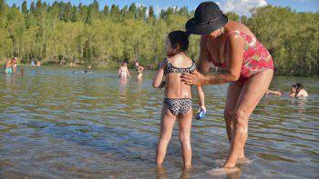 En la costa del Limay se pudo encontrar ayer un respiro al calor.
