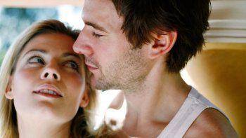 Las mujeres se sienten más tranquilas al exponerse al olor de su pareja masculina y se notó un aumento de cortisol (hormona que genera el estrés) cuando sentían el olor de un extraño.