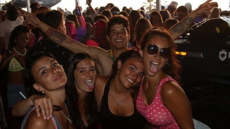 Por tomar alcohol en la playa hay multas de hasta 7500 pesos.