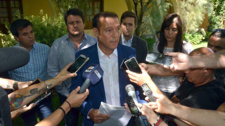 El gobernador hizo el anuncio en Casa de Gobierno. El 22 de enero está prevista la negociación con el Estado.