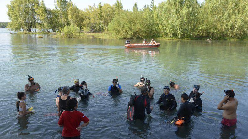 Los buzos se dedicarán a buscar y retirar basura del fondo del río.
