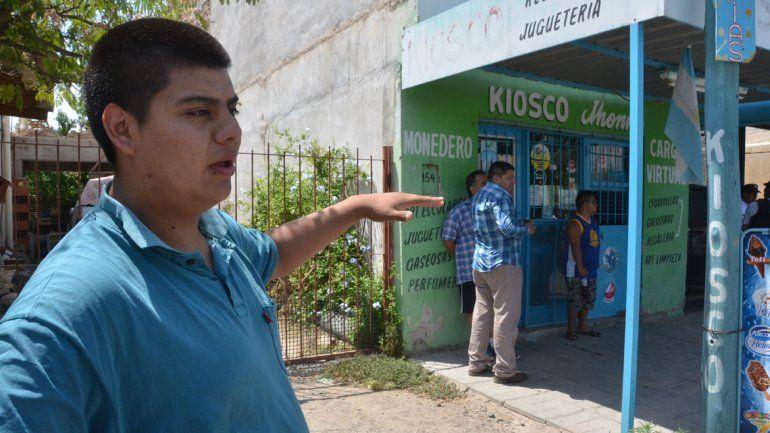 El hijo del propietario el día que comenzaron los allanamientos en calle Tandil al 100.