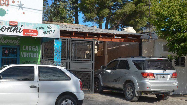 Una postal de ayer: una camioneta estacionada en el frente de la propiedad.