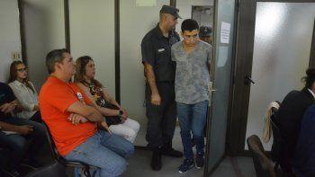 Los familiares de Lautaro miran al acusado cuando ingresa a la audiencia.