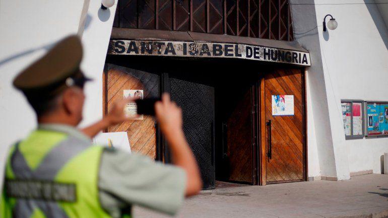 Una de las iglesias atacadas ayer en un barrio de Santiago.
