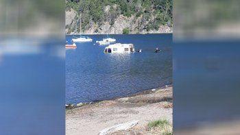 fallaron los frenos y termino adentro del lago lacar