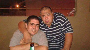 Carlos Rupchienski (remera a rayas), que cumplía funciones en la comisaría de Ensenada, junto a un conocido.