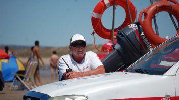 Tito comenzó a ir a la playa cuando era muy chico. Hoy conoce Las Grutas mejor que nadie.