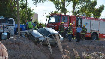 El Chevrolet Corsa que quedó encajado en la tierra en barrio Melipal.