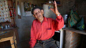 Martín Morales en su humilde vivienda de Centenario.Vive con sus familiares, que guardan todos los recuerdos de su vida en la Marina. Conoce bien las aguas donde desapareció el submarino ARA San Juan. Su madre, Carmen Nahueltripay, contri