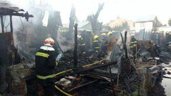 Bomberos, cisternas del municipio y camiones de empresas privadas lucharon contra el fuego.