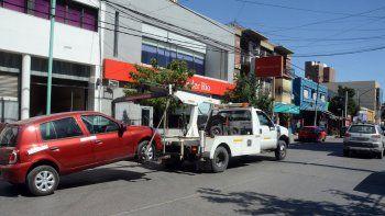 Las grúas trabajan todos los días removiendo vehículos estacionados en zonas prohibidas.