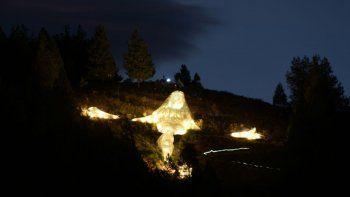 neuquen le dio la bienvenida al papa con las luces del cristo luz