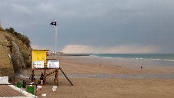 tras el recambio, una tormenta electrica obligo a evacuar las playas de las grutas