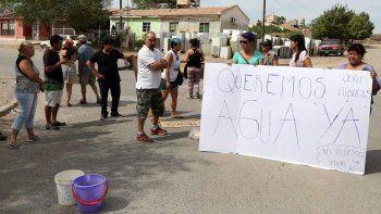 Vecinos cortaron una calle en Centenario y exigieron más agua potable.