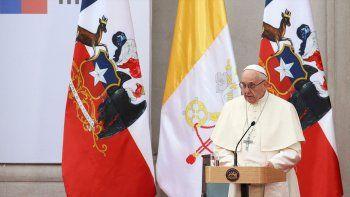 francisco se reune con bachelet y oficiara su primera misa masiva