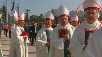 cuestionan la presencia de un obispo que encubrio abusos