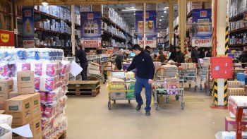 Hay familias que se juntan para hacer una compra grande en los mayoristas y pagar menos por cada producto.