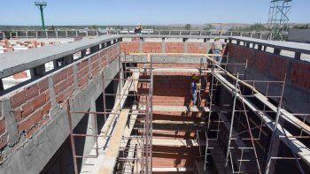 Los operarios trabajan en la obra de la nueva Municipalidad del oeste.