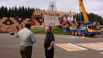 En las calles de Temuco se empezó a sentir el clima papal desde el fin de semana, con el montaje de los puestos de seguridad y de los vendedores que esperan salvar el mes en un día.