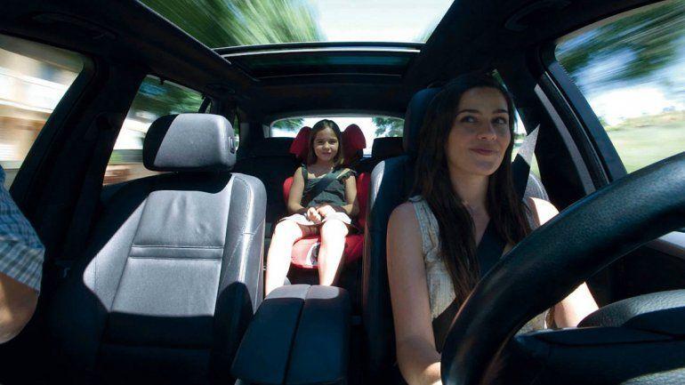 Multarán a quienes no lleven a sus hijos menores de 12 años en sillitas para auto