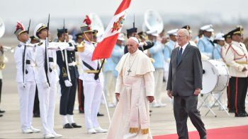 el papa llego a peru tras despedirse de los chilenos