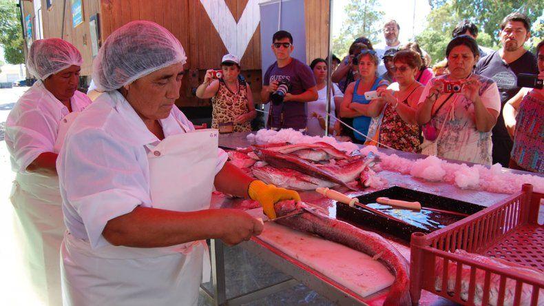 Vecinas enseñaron a filetear pescados en la playa