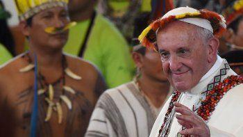 Ayer a las 7:40, el Papa salió al balcón de la Nunciatura para rezar con miles de fieles.