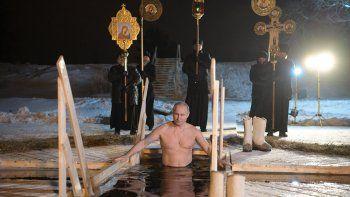 El presidente ruso cumplió con un ritual religioso en el lago Seliguer.