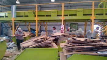 En el Complejo Ambiental Neuquén separan y reciclan la basura para luego venderla.