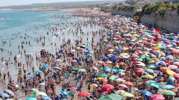 Una multitud concurrió ayer a la playa para contrarrestar el intenso calor.