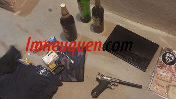 El momento en que la Policía da con Julieta y su novio en Mariano Moreno. En la requisa encontraron unos u$s 10 mil y hasta una pistola de aire comprimido.