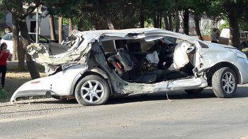 El Peugeot 208 quedó totalmente destruido tras ser chocado por una camioneta en la Ruta 22 en Cutral Co.