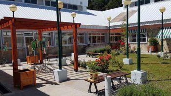 Uno de los trabajos se concentró en el jardín que tiene el hospital de Villa La Angostura.