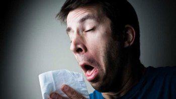 Los médicos aconsejan estornudar fuerte y evitar taparse nariz y boca.