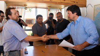 Guagliardo (ATEN) se da la mano con el ministro Gaido ante la mirada de Quintriqueo y Marillán (ATE). (Archivo)