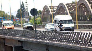 Muchos automovilistas siguen usando este puente, pero la tendencia es que lo harán cada vez menos. Eso es lo que surge de un estudio de la Municipalidad.