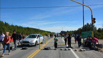 por falta de agua, vecinos cortan la ruta 40 en junin de los andes