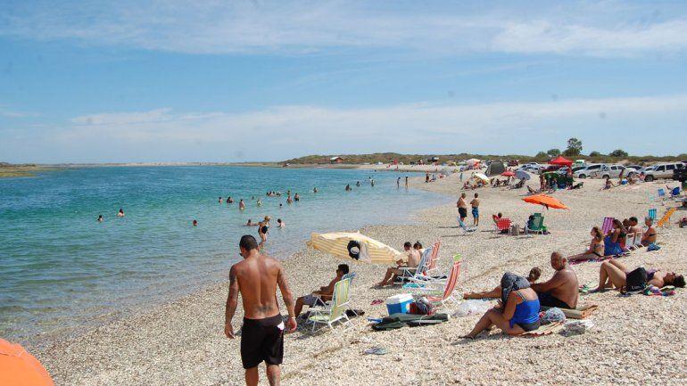 La playa está a 60 kilómetros de Las Grutas. Se ingresa por San Antonio.