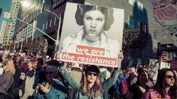Varias manifestantes marcharon con la imagen de Leia como bandera.