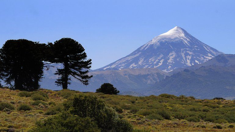 El volcán Lanín tiene una altura de 3776 metros.