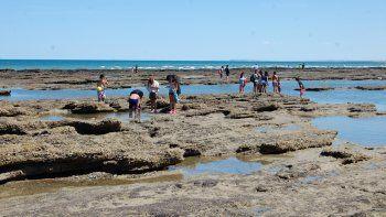 En Las Grutas, de la Tercera a la Quinta Bajada, el escenario natural es bellísimo cuando el agua se retira de la playa.