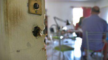 Así quedaron la puerta y la habitación de un vecino del edificio de Miguel A. Camino al 1000 en el Santa Genoveva, donde robaron dos departamentos.