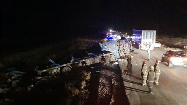 Espectacular vuelco de un camión cargado de harina en la Ruta 22