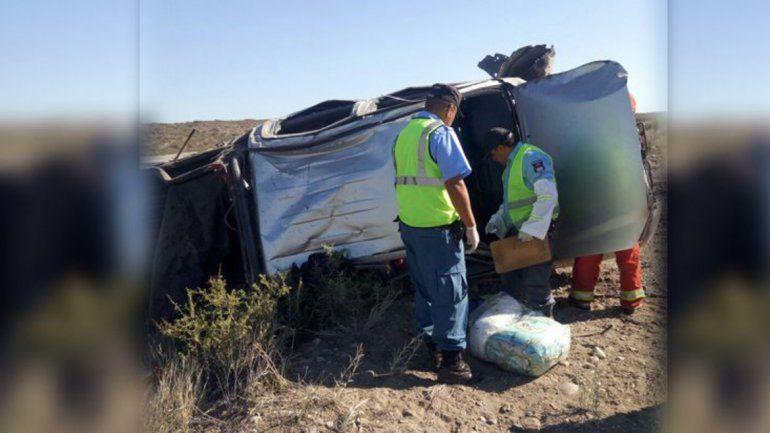 La camioneta que volcó en la Ruta 237 tras morder la banquina.