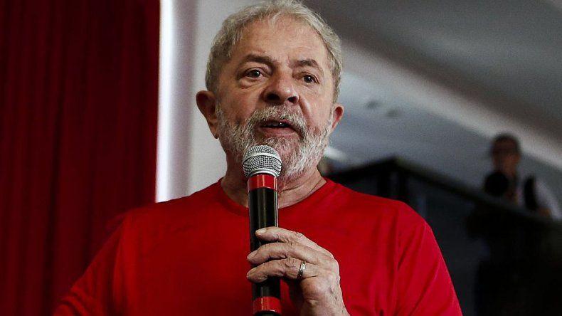 El candidato presidencial por la oposición no puede salir de Brasil.