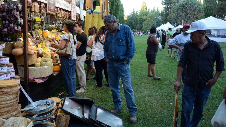 Los visitantes pueden conocer productos de gastronomía regional. La Casa del Alambre ganó la final de polo.