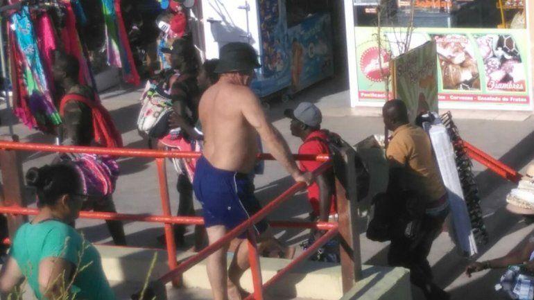 Comerciantes senegaleses corren hacia la costanera luego del operativo de control de venta clandestina en la playa.